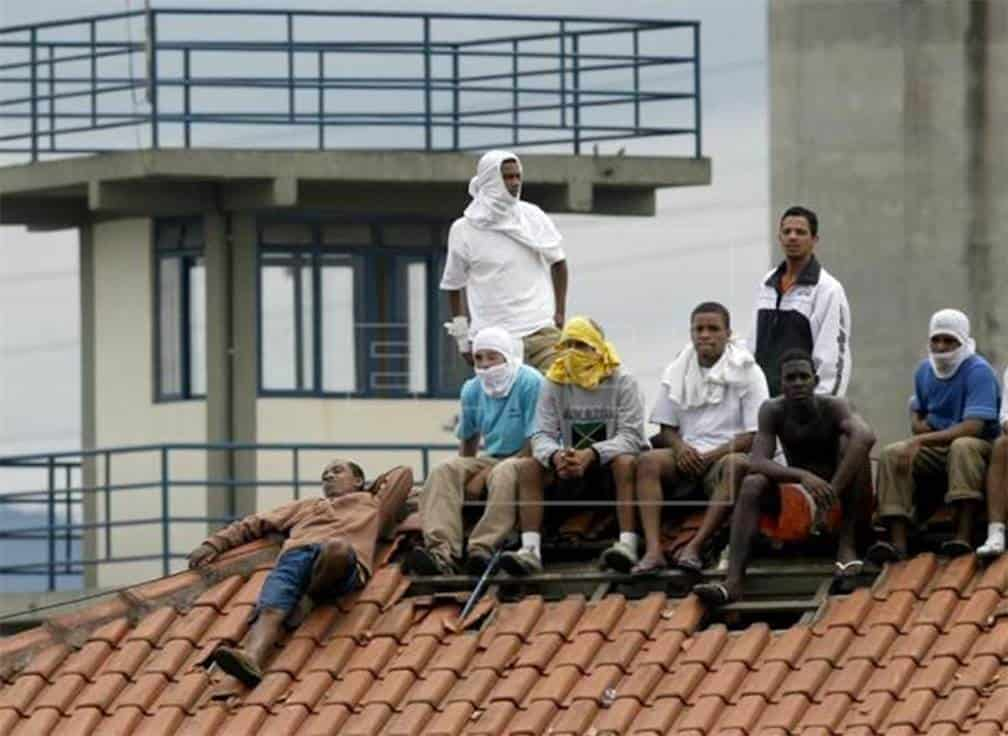 Dos presos mueren y otros 54 huyen durante un motín en una cárcel de Brasil