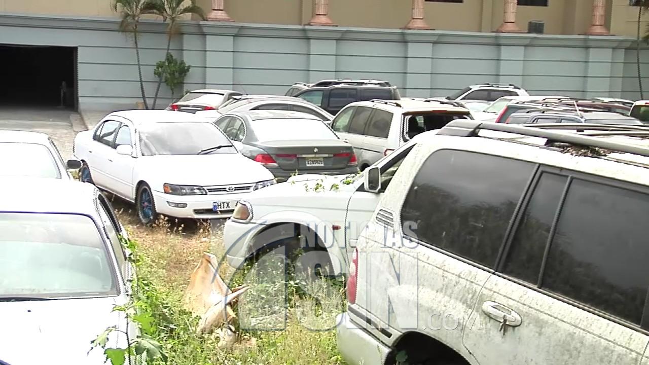 Vehículos en deterioro en parqueo del Palacio de Justicia de Santiago