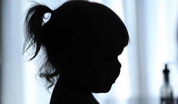 Madre y su pareja le queman parte íntima a niña porque supuestamente se orinó en la cama