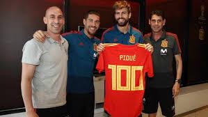 Piqué homenajeado por sus cien partidos con la selección española