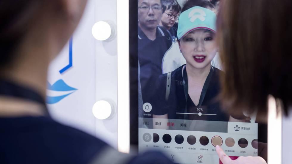 China exhibe pianos virtuales y espejos que muestran cómo quedará la ropa y el maquillaje