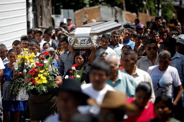 Guatemala sigue enterrando a sus muertos mientras el volcán no descansa