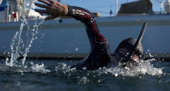 Nadador sale de Japón para cruzar el Pacífico y llegar a EEUU en 6 meses