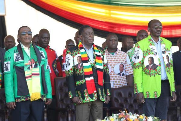 Presidente de Zimbabue sale ileso de explosión en un mitin electoral