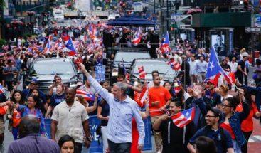 Puertorriqueños recuerdan en desfile que siguen luchando por recuperarse