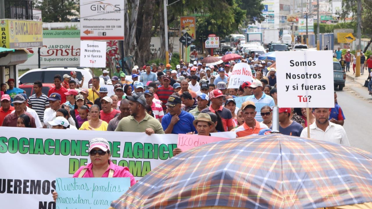 Campesinos desalojados de Valle Nuevo marchan en respuesta del gobierno
