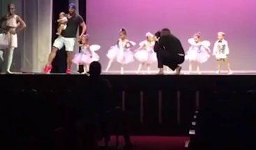 Padre al rescate: sale al escenario a bailar con su hija en medio de la función escolar