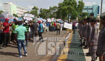 Trabajadores de la construcción protestan frente al Congreso contra proyecto de ley