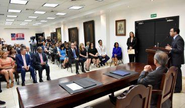 Navarro firma acuerdo con Fundación Popular para eficientizar procesos administrativos en Educación