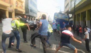 Trifulca entre taxistas y agentes en Ecuador