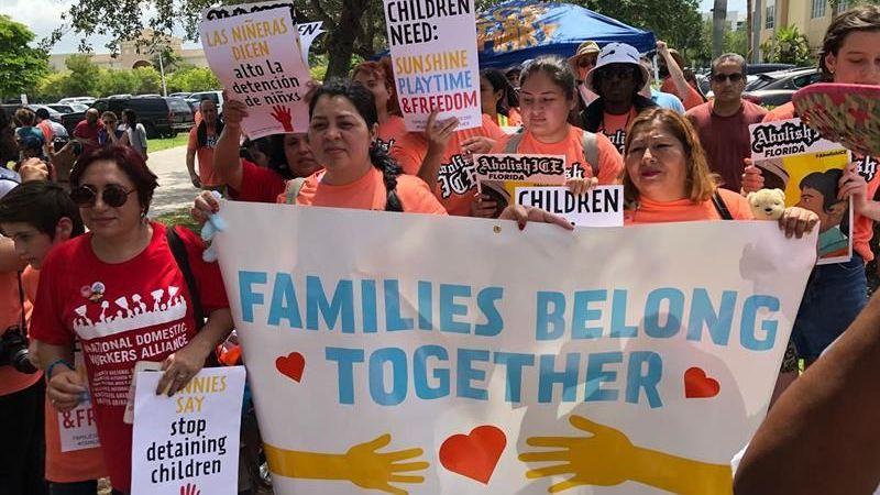 El Gobierno de EEUU devuelve a padres a 364 niños migrantes mayores de 5 años