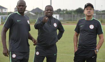 Graban al segundo entrenador de la selección de Nigeria recibiendo un soborno