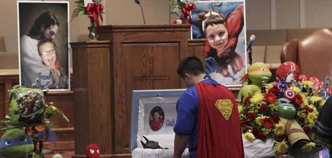 Se visten de superhéroes en el entierro de niño muerto por maltrato en EE.UU.