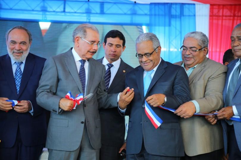 Presidente Medina entrega el nuevo hospital municipal en Cabral