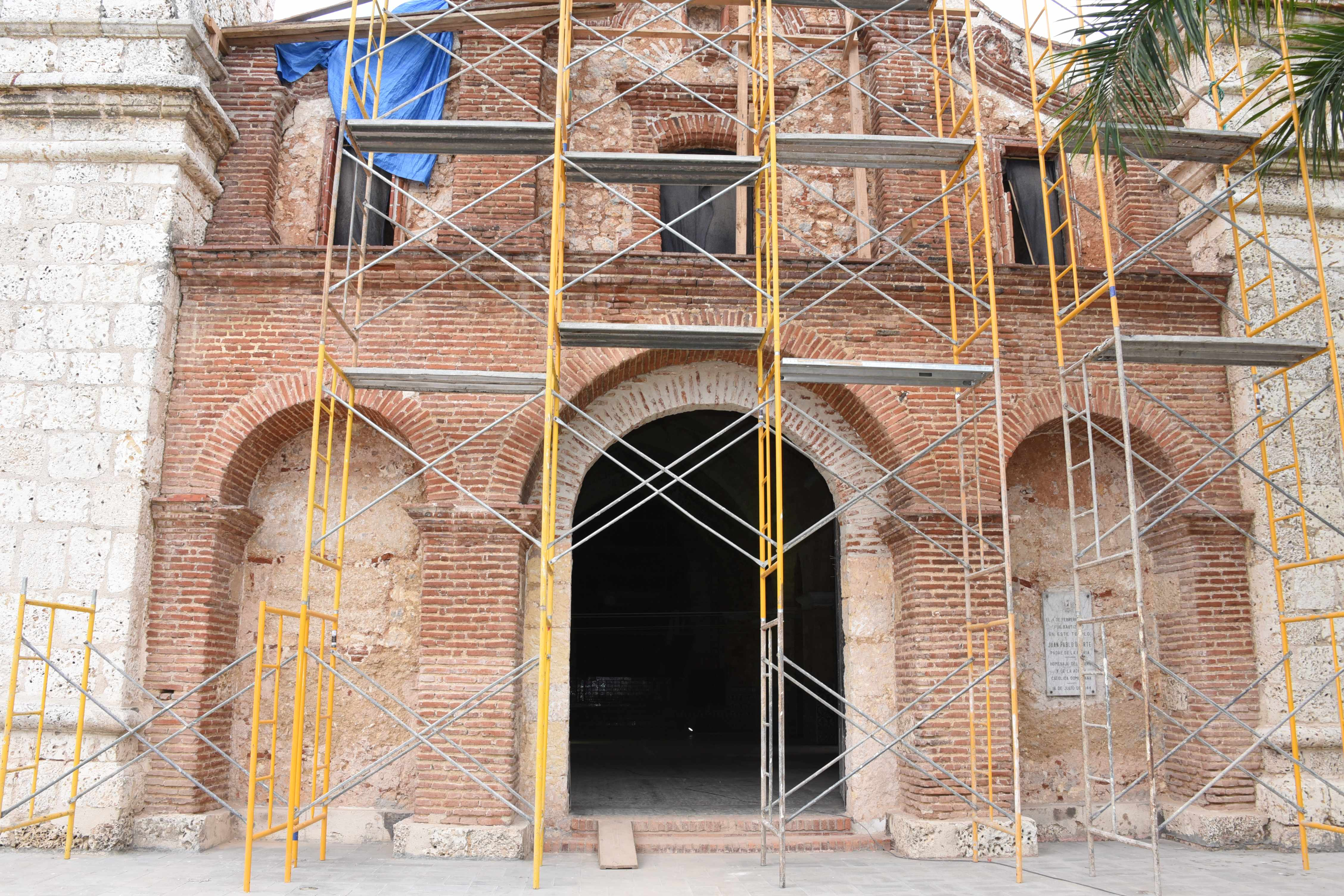 El ministro de Cultura verifica el avance de los trabajos remozamiento de la Iglesia Santa Bárbara