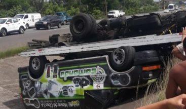 Camión que cargaba una camioneta se voltea en la autopista Duarte