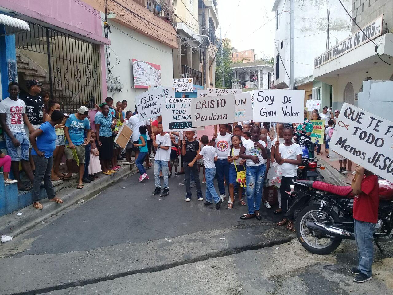 Niños marchan en contra de la violencia