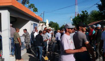 Una semana sin luz en Las Charcas de Azua; moradores bloquean las oficinas de Edesur
