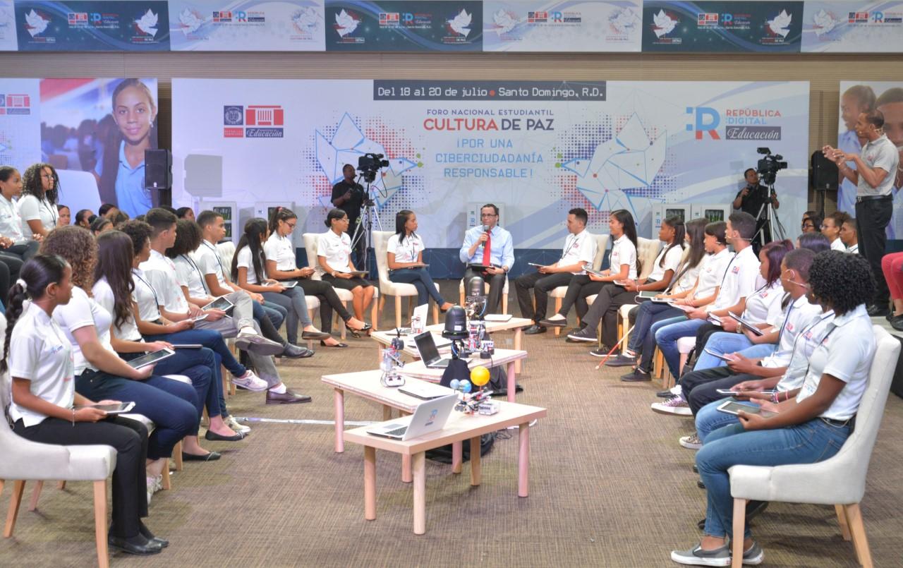 Navarro debate con estudiantes propuestas de mejora educativa