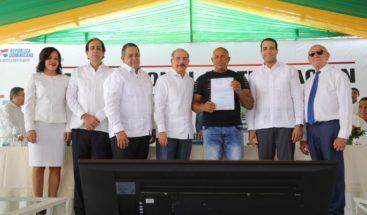 Presidente Medina entrega 889 títulos definitivos en Azua