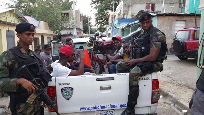 Mueren dos hombres al enfrentar agentes policiales en SDN