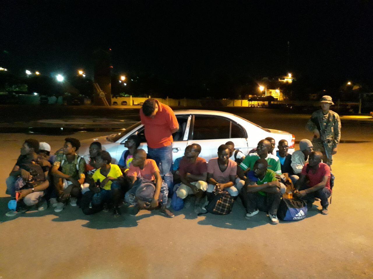 Ejército detiene carro transportaba 17 haitianos indocumentados en Mao