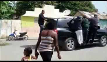 Sacan de sector en San Juan a Félix Bautista; acudió a regalar vasos y platos plásticos