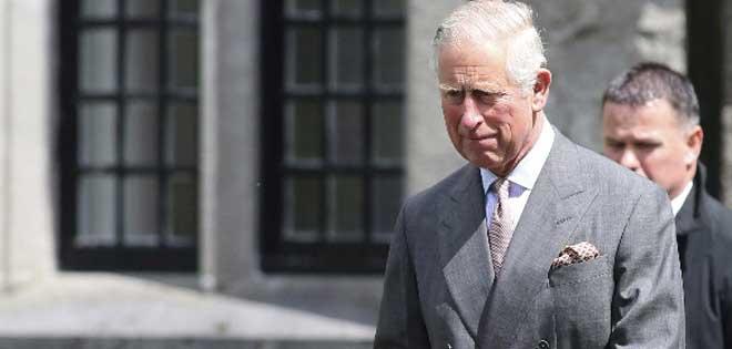 Príncipe Carlos niega haber influido en investigación sobre obispo pederasta