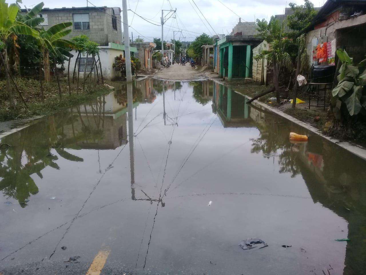 Permanecen inundadas calles del barrio Moscú en San Cristóbal