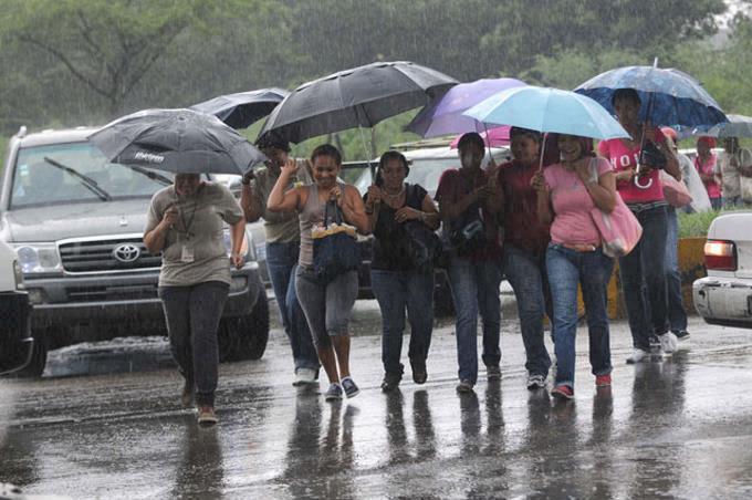 Onda tropical y vaguada provocarán aguaceros y tronadas este jueves, según Onamet