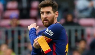 Messi vuelve loco a su perro jugando al fútbol en el jardín de su casa