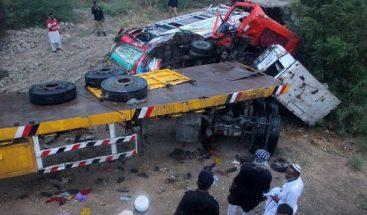 Pakistán: camión golpea a bus de boda y causa 15 muertos