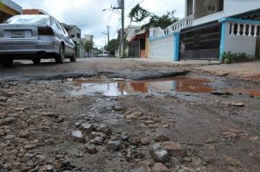 Moradores del barrio Angelita protestan en reclamo que le construyen sus calles