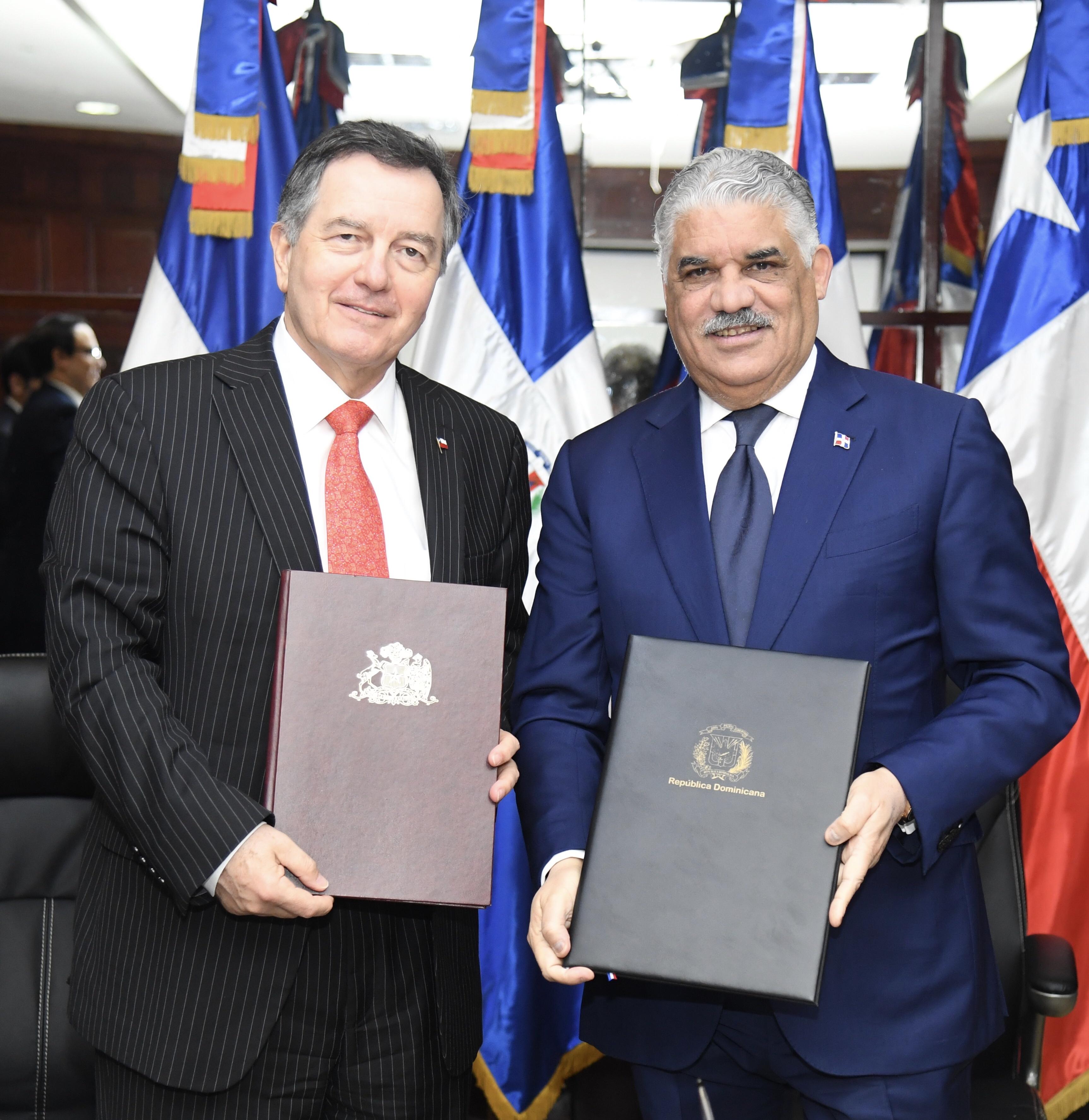 Canciller Miguel Vargas acuerda con Chile creación consejo de comercio e inversión