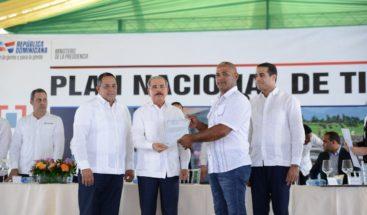 Presidente Medina entrega 457 títulos definitivos en Don Juan, Monte Plata