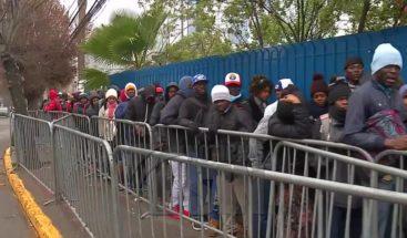 Decenas de haitianos hacen filas para regularizar su estatus en Chile