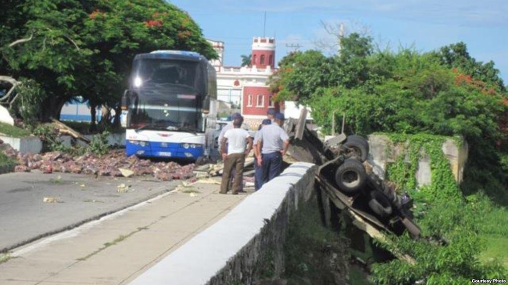 Un muerto y seis heridos en accidente de camión de carga y dos autos en Cuba