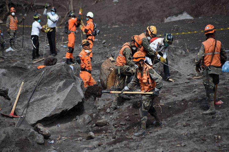 Hallan 18 restos humanos en zona cero de la erupción del volcán de Guatemala