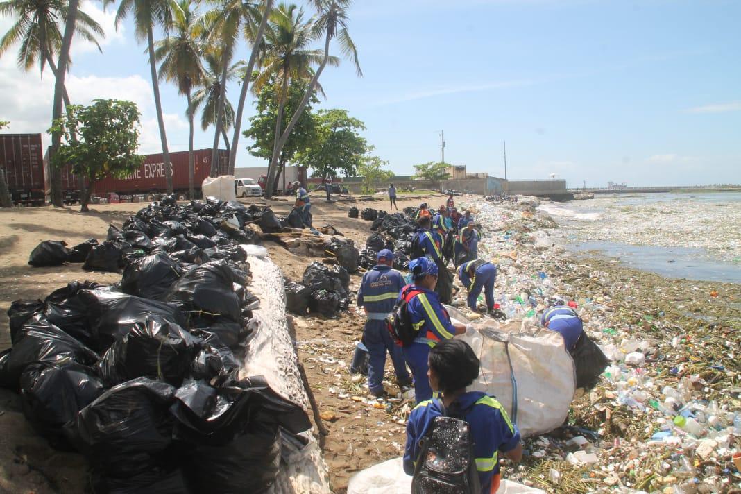 Ayuntamiento del DN retira basuras de las costas de Santo Domingo