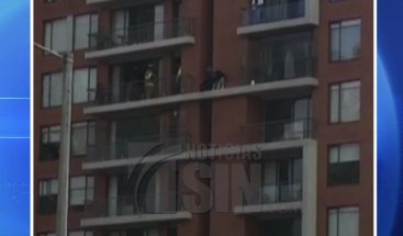 Rescatan perro quedó atrapado en séptimo piso de un edificio en Colombia