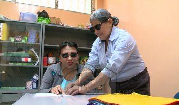 Mujer no vidente se convierte en reconocida profesora en Ecuador