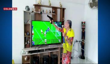 Anciana celebra a tiros la participación de su selección en el mundial