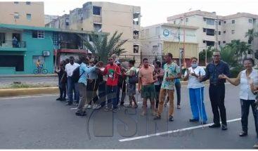 Decenas de no videntes paralizan avenida en demanda de seguridad policial