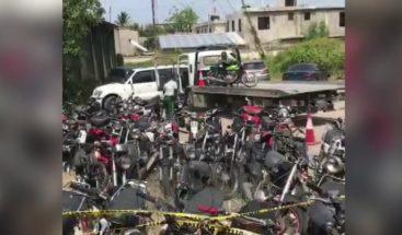 Digeset suspende agentes por tirar motocicletas al suelo desde una grúa