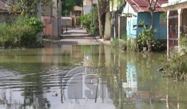 Viviendas continúan inundadas en San Cristóbal tras el paso de onda tropical Beryl