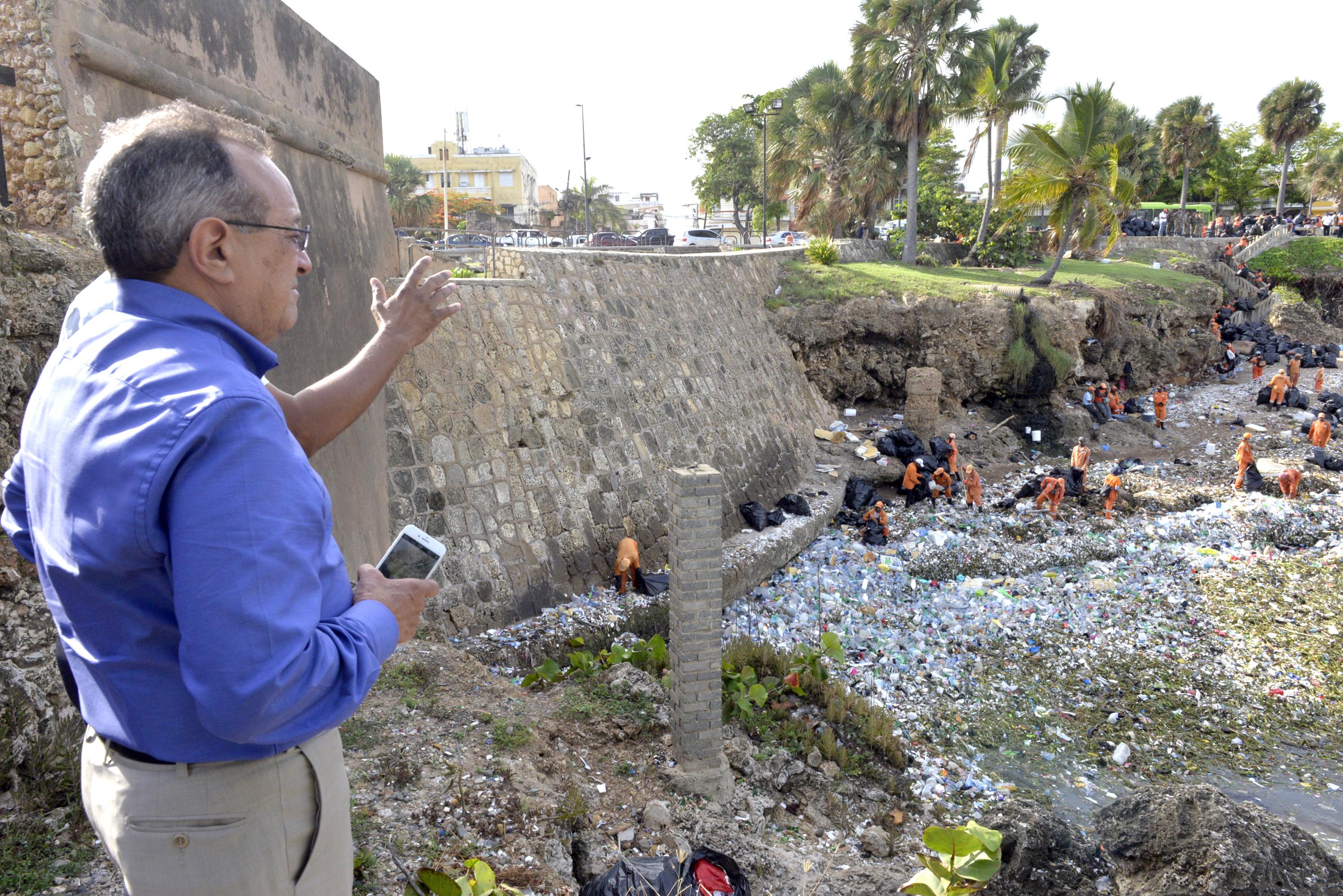 Ministro Medio Ambiente dice trabajará duro para contrarrestar contaminación por plásticos