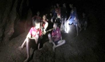 Seis chicos dejan atrás la zona inundada de la cueva en Tailandia