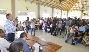 Ministro de Ambiente se reúnecon productores de Constanza