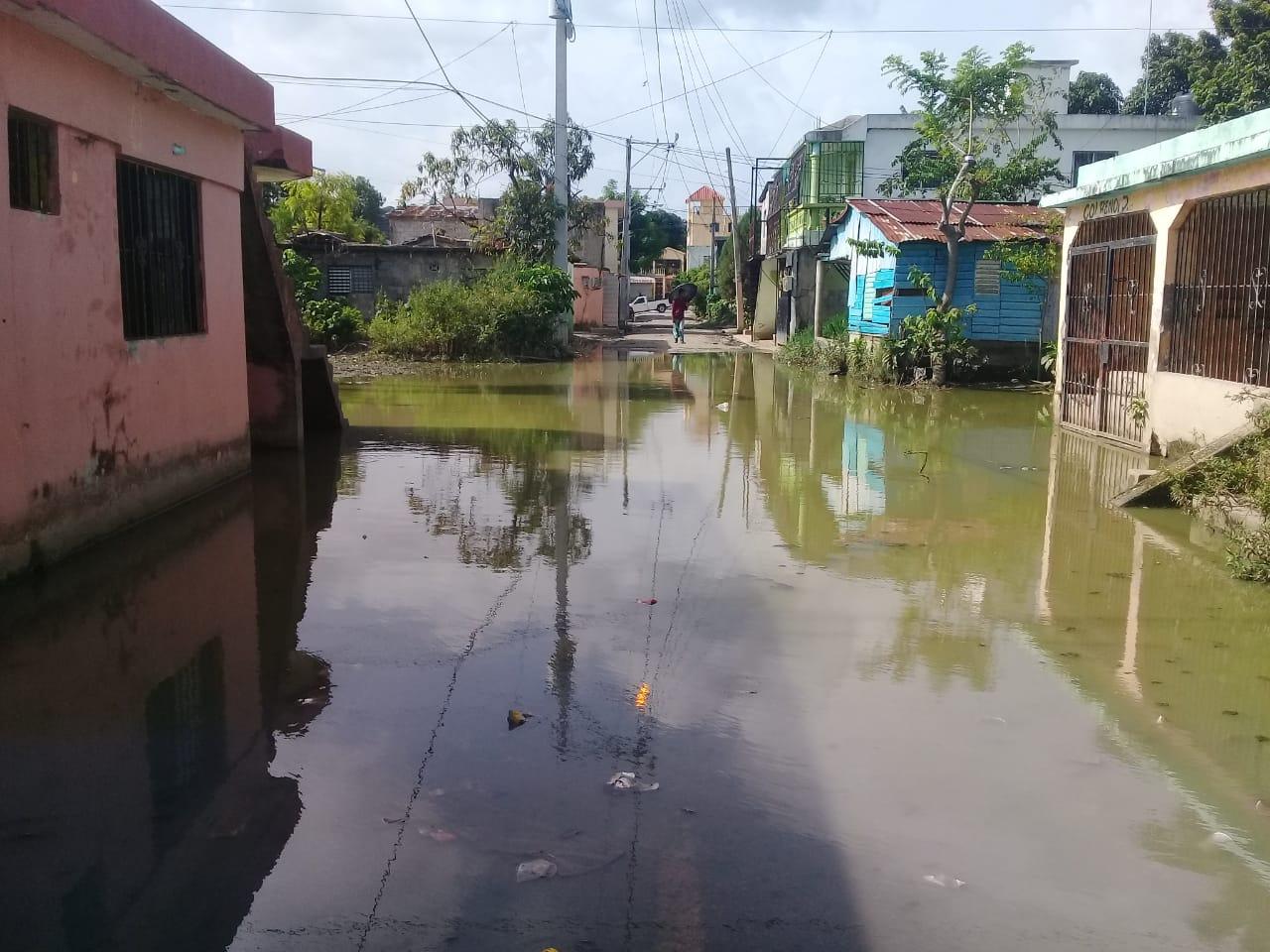 Viviendas continúan inundadas por paso de la onda tropical Beryl
