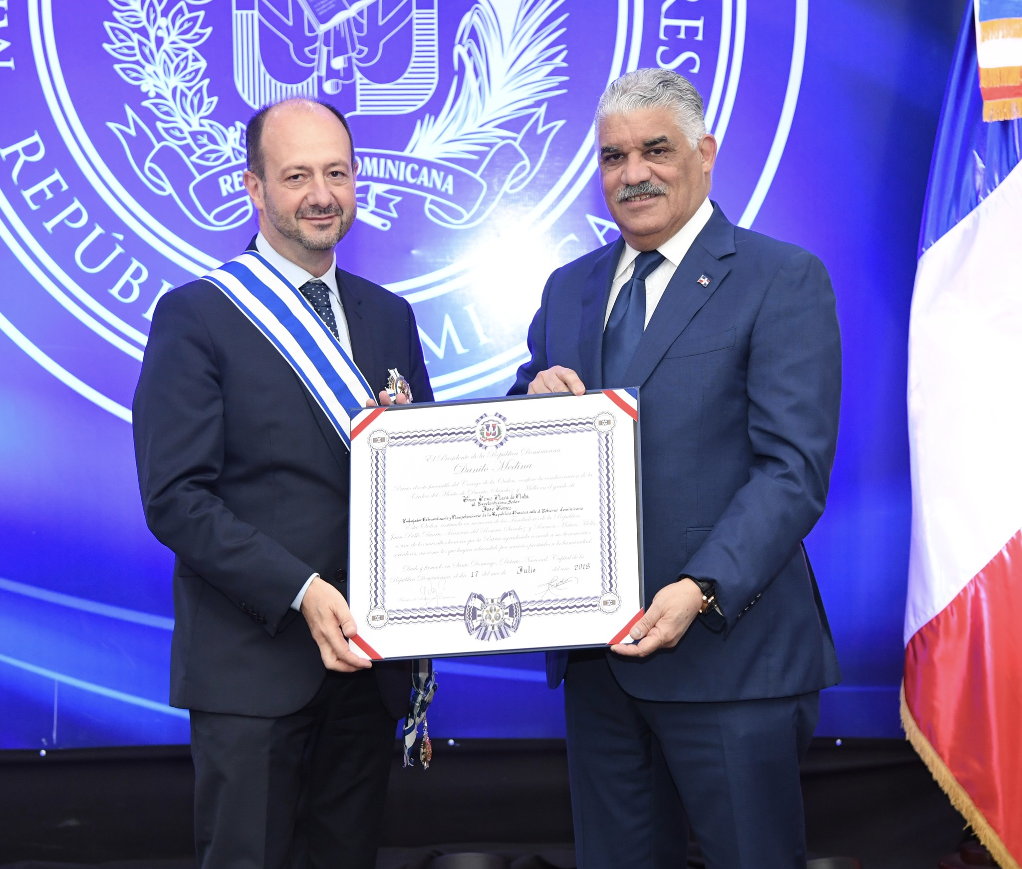 Canciller Miguel Vargas condecora a embajador de Francia